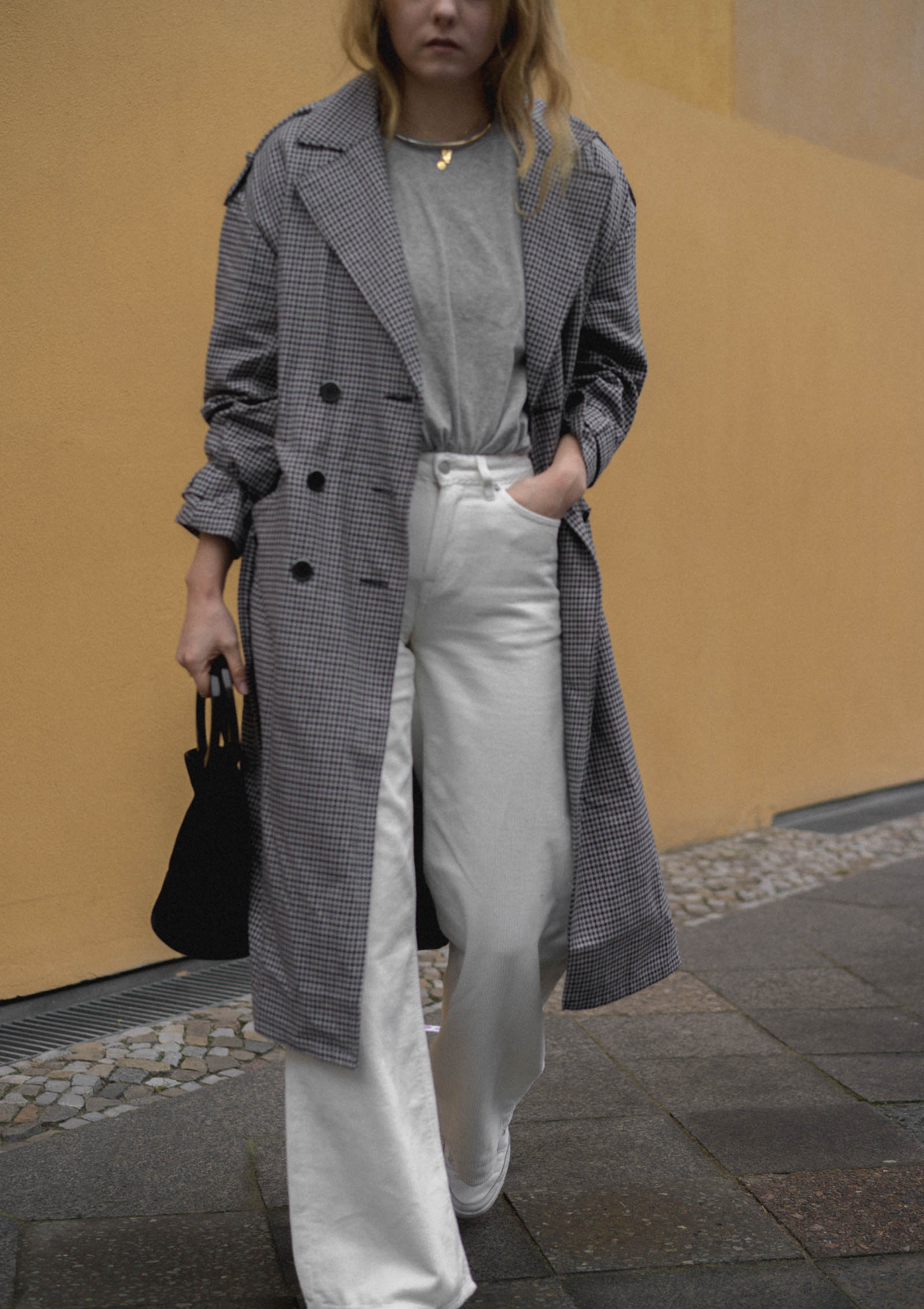 TheLimitsofcontrol_Fashionblog_Berlin_Deutschland_Trench-Coat-Checked-White-Cord-Pants-Reebok-Sneaker